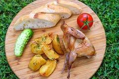 Codornices fritas deliciosas con las verduras Imagenes de archivo