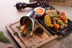 Codorniz Roasted servidas com cenoura e aipo Foto de Stock