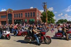 Cody,怀俄明,美国- 2009年7月4日, -参加美国独立日游行的摩托车俱乐部 库存图片