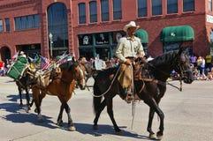 Cody,怀俄明,美国- 2009年7月4日, -美国美国林业局的成员在他的带领几匹驮马的马登上了在Indep 库存图片