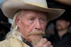 CODY - USA - AUGUSTI 21, 2012 - Buffalo Bill gunfight på Irma Hotel Arkivbild