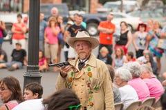 CODY - USA - AUGUSTI 21, 2012 - Buffalo Bill gunfight på Irma Hotel Royaltyfri Bild