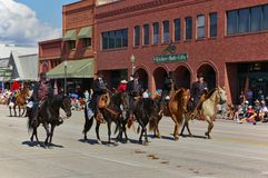 Cody, Wyoming, USA - Juli 4th, 2009 - fyra ryttare iklädda svarta visande Wyatt Earp, Virgil Earp, Morgan Earp och Doc Holliday Arkivfoto