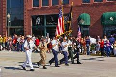 Cody Wyoming, USA - Juli 4th, 2009 - veteran av de olika filialerna av krigsmakten som marscherar med självständighetsdagenPA Fotografering för Bildbyråer