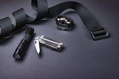 Codzienny niesie EDC rzeczy dla mężczyzn taktyczny pasek, latarka, zegarek i srebny wielo- narzędzie w czarnym kolorze -, obraz royalty free