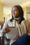 Coed del African-American con la tablilla de Digitaces Fotografía de archivo