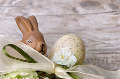 Coelhinho da Páscoa com o ovo da páscoa no ninho Imagens de Stock Royalty Free