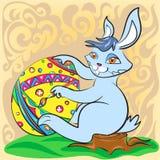 Coelhinho da Páscoa com ovo e a escova grandes Fotografia de Stock Royalty Free