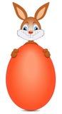 Coelhinho da Páscoa com ovo vermelho Foto de Stock