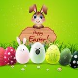 Coelhinho da Páscoa com ovos da páscoa bonitos e sinal de madeira no fundo verde ilustração royalty free