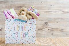 Coelhinho da Páscoa com saco de compras e presentes Fotos de Stock Royalty Free