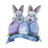 Coelhinho da Páscoa dois com três ovos Isolado watercolor Imagens de Stock Royalty Free