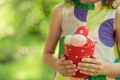 Coelhinho da Páscoa e ovos na grama verde Fotografia de Stock Royalty Free
