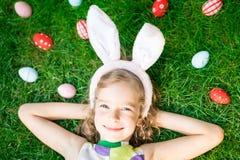 Coelhinho da Páscoa e ovos na grama verde Imagem de Stock Royalty Free