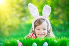 Coelhinho da Páscoa e ovos na grama verde Fotos de Stock