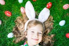 Coelhinho da Páscoa e ovos na grama verde Fotos de Stock Royalty Free