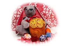 Coelhinho da Páscoa feliz com o bolo e os ovos pintados, isolados no branco fotos de stock
