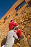 Coelhinho da Páscoa que ajuda Santa foto de stock royalty free