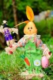 Coelhinho da Páscoa vestido para a decoração em um jardim verde da mola Imagens de Stock