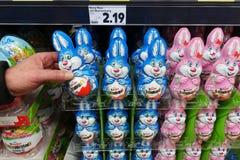 Coelhinhos da Páscoa do chocolate em uma exposição da loja fotografia de stock