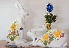 Coelhinhos da Páscoa e ovo da páscoa pintados imagens de stock royalty free