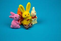 Coelhinhos da Páscoa e ovos da páscoa das estatuetas Fotos de Stock
