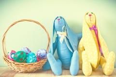 Coelhinhos da Páscoa em um fundo verde Foto de Stock