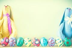 Coelhinhos da Páscoa em um fundo verde Imagem de Stock Royalty Free