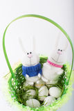Coelhinhos da Páscoa em uma cesta verde Imagem de Stock Royalty Free