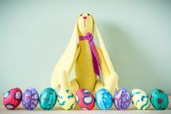 Coelhinhos da Páscoa em uma tabela de madeira Imagens de Stock