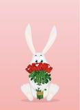 Coelho bonito com um ramalhete de rosas vermelhas Uma lebre com flores Imagens de Stock Royalty Free