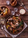Coelho com as batatas e as cenouras cozidas em um potenciômetro cerâmico fotografia de stock royalty free