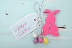 Coelho cor-de-rosa da cookie do fundente do açúcar dos confeitos da Páscoa Fotografia de Stock