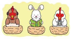 Coelho da Páscoa e duas galinhas que incubam o ovo Imagem de Stock Royalty Free