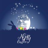 Coelho da Páscoa que olha a lua egg o fundo azul ilustração stock