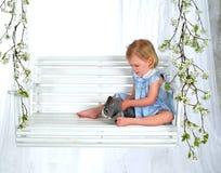 Coelho da terra arrendada da menina no balanço fotos de stock