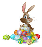 Coelho de coelhinho da Páscoa com cesta dos ovos da páscoa