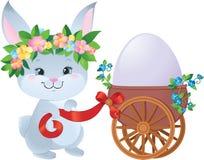 Coelho de Easter com ovo em um carro pequeno Fotografia de Stock Royalty Free
