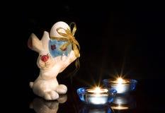 Coelho de Easter com velas fotos de stock