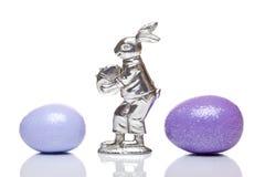 Coelho de easter de prata entre ovos de easter coloridos Foto de Stock