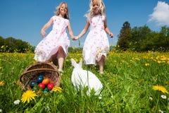 Coelho de Easter que presta atenção ao ovo caçar Fotografia de Stock Royalty Free