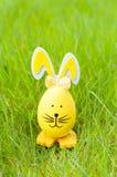 Coelho decorativo do ovo da páscoa na grama verde Fotografia de Stock Royalty Free