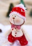 Coelho do brinquedo do Natal em árvores do fundo Foto de Stock