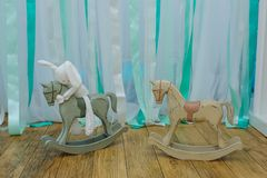 Coelho do coelho que senta-se no cavalo da madeira do brinquedo Fotografia de Stock Royalty Free