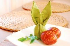 Coelho do servette e ovos de easter verdes Imagens de Stock