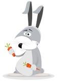 Coelho dos desenhos animados que come a cenoura Foto de Stock