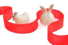 Coelho e galinha brancos na fita vermelha Fotografia de Stock