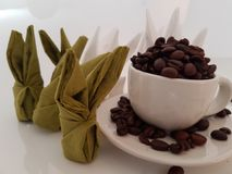Coelho marrom do café do whitecup do aroma dos feijões de café Foto de Stock Royalty Free