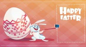 Coelho que toma o feriado Bunny Decorated Eggs Greeting Card da Páscoa da foto de Selfie ilustração royalty free