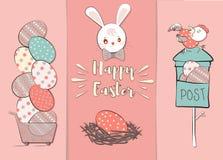 Coelhos bonitos de easter dos desenhos animados Coelho que guarda um ovo, pinturas um ovo, olhando um ovo Imagem de Stock Royalty Free
